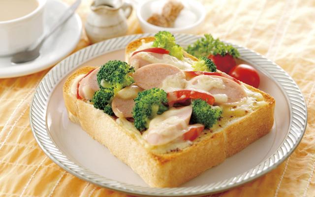 おさかなソーセージのマスタードマヨ トースト